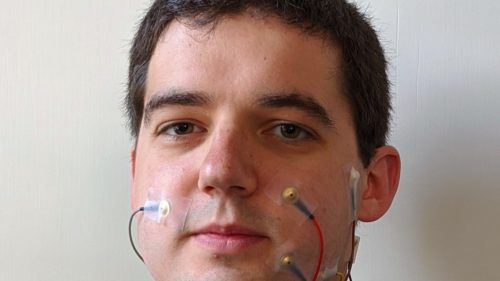 """Cercetătorii detectează """"vorbirea tăcută"""" cu ajutorul unor electrozi și AI"""