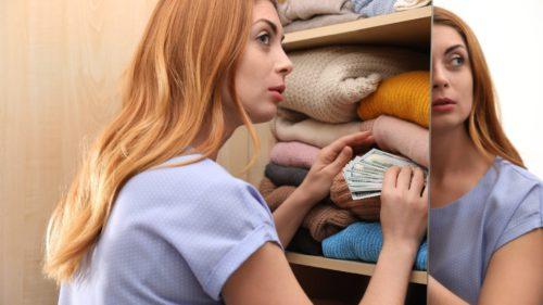 Mulți români nu știu să investească cu cap: de ce-și țin banii în plic în șifonier