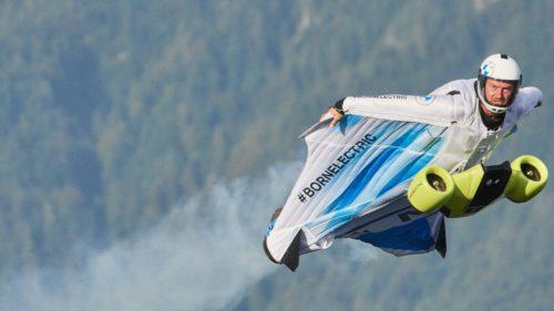 Acest costum electric cu aripi îți permite să zbori cu aproape 300 de kilometri la oră
