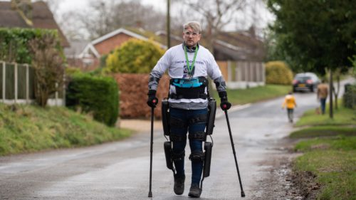 Acest bărbat a mers 180 de kilometri, deși e paralizat. Prin ce tehnologie a fost posibil acest lucru