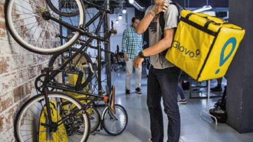 Curierii platformelor de livrare, ca Glovo și nu numai, recunoscuți ca angajați. Țara care creează precedentul