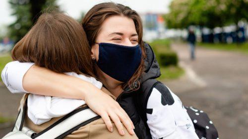 Am renunțat la obiceiurile sociale în pandemie. De ce e crucial să revenim la îmbrățișări și strângeri de mână când eradicăm virusul