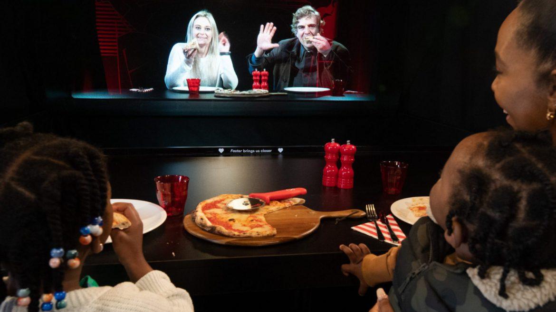 Holograma 3D futuristă prin care iei cina cu cei dragi aflați chiar și la sute de kilometri distanță