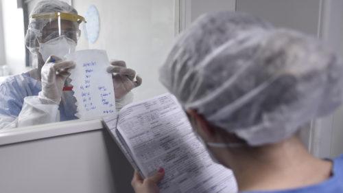 Explicații pe înțelesul tuturor | Ce spun medicii despre românii vaccinați care s-au infectat, totuși, cu noul virus