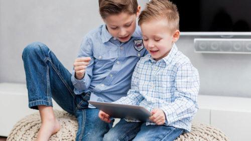 Generația copiilor crescuți în fața ecranelor. Cum îi pregătim de viitor?