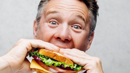 """Stai mai puțin la masă, mănânci mai mult: explicația cercetătorilor pentru dieta """"pe repede înainte"""""""