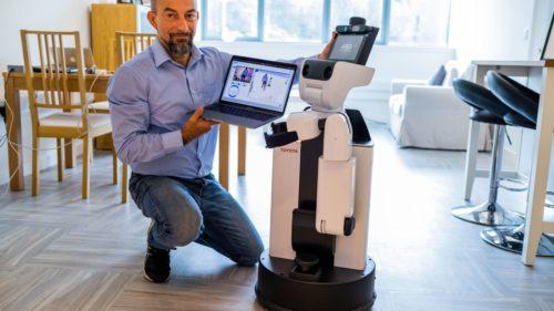 Medicii folosesc un robot controlat de la distanță pentru a ajuta în azilurile de bătrâni