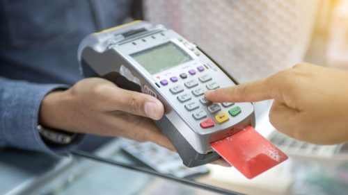 Românii, dependenți de carduri, dar plătim tot cash. Câte s-au emis în acest an